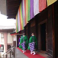 護摩修行を終えて帰る僧侶