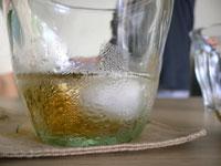 涼しげなグラスのお茶
