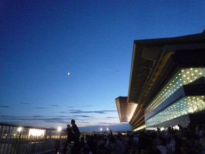 夕暮れの競馬場