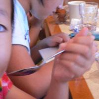 お姉さんは何を描いているの?