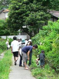 湧水の道に集まる人々